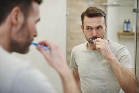 На фото отбеливание зубов с помощью отбеливающей щетки