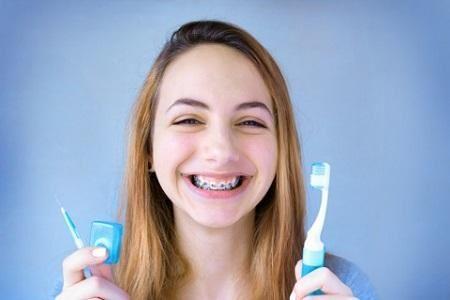 Гигиена зубов с брекетами